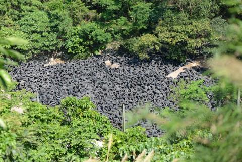 非法棄置的車軚可能造成污染 Illegal dumping of tyres